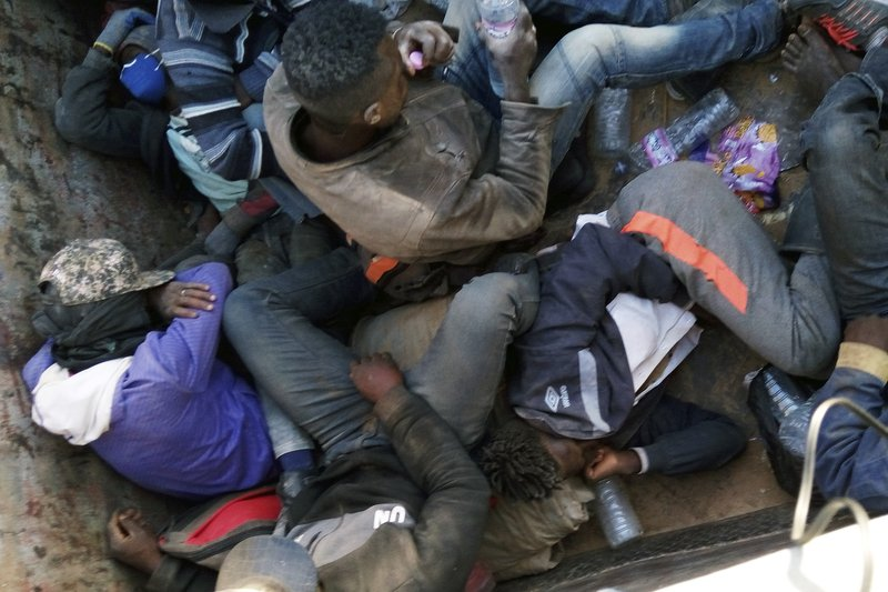 """Photo de Argelia abandona a 13.000 inmigrantes en el desierto  Traducido de la Agencia estadounidense Associated Press (AP News)  """"Las mujeres yacían muertas"""", de Lori Hinnant"""