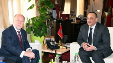 Photo de Laaraj y el embajador de Chile examinan los medios de fortalecer la cooperación bilateral en el ámbito cultural